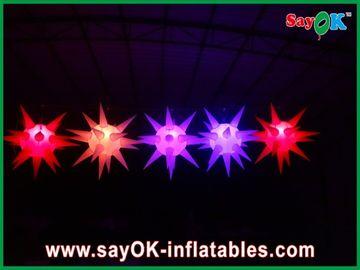 Η ευπροσάρμοστη σκηνική διακόσμηση οδήγησε το διογκώσιμο αστέρι φωτισμού για το γεγονός, κόκκινο/μπλε